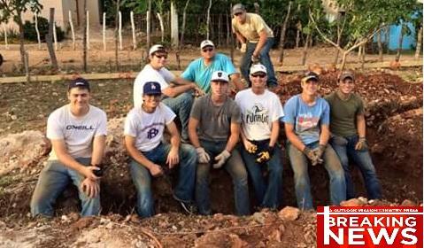 Jóvenes del Colegio Siloh de Arkansas construyendo un templo en la República Dominicana