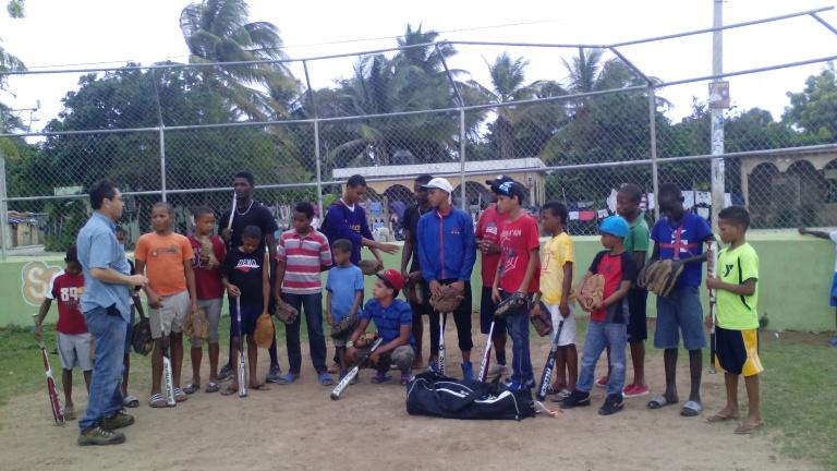 Predicación y donación de equipos de Basse Ball a jóvenes deportistas de Juancho.